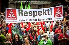 Protest gegen die islamkritische Bewegung: zahlreiche Menschen haben in Stuttgart gegen Rassismus und für Toleranz demonstriert. Foto: Lichtgut/Leif Piechowski http://www.stuttgarter-zeitung.de/inhalt.kundgebungen-in-der-innenstadt-pegida-ruft-grosse-gegendemo-auf-den-plan.4d149912-f054-4210-b275-ae243e646aac.html