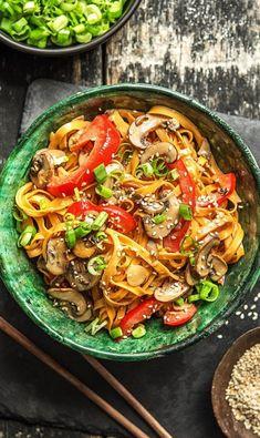 Step by Step Rezept: Asiatische Bali-Nudeln mit Zitronengras und viel Gemüse. Veggie / Vegetarisch / Asiatisch / Gesund / Pasta / schnell / 25 Minuten / Scharf / Laktosefrei #hellofreshde #rezept #diy #nudeln #asiatisch #scharf