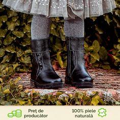 Fabricate din piele naturala ghetele de copii mici sunt ideale pentru sezonul rece. Blanita interioara, precum si talpa usor inalta protejeaza de frig. Designul simplu este completat de capsele argintii din lateral precum si cele de pe talpa acestora. Calitate si confort la pret de producator. Smart Casual, Hunter Boots, Rubber Rain Boots, Cape, Shoes, Fashion, Mantle, Moda, Cabo