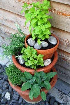 Tolle Idee! Ein Kräutertürmchen aus gestapelten Töpfen. Für euch gefunden bei teacup-in-the-garden.bogspot.de