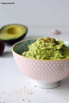 """Ein superleckerer Dipp """"Guacamole"""". Passend zu warmen Sommertagen kann dieser Dipp zu vielem gegessen werden. Als Creme auf Warps, als Creme zu Chips oder als Dipp zu Ofenkartoffeln welche es Morgen hier auf dem Blog gibt. Außerdem schmeckt Guacamole superlecker zu nudeln, statt einer Soße einfach die leckere Guacamole zu den Nudeln mischen. Wunderst du...Lese mehr"""
