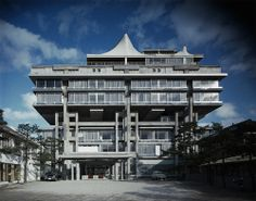"The most influential architectural movement from Japan that sought to demonstrate an idealism that bestowed the status of ""avant-garde. Tottori, Japan Architecture Modern, Art And Architecture, Metabolist, Unusual Buildings, Japan Photo, Facade, House Styles, Modernism"