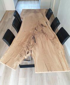 Deze tafel hebben we gemaakt van een oude Eik uit een Abdijtuin nabij Dinant. We