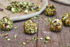 Oggi vi presento una delle ricette di Capodanno per i vostri buffet tra amici: le palline di formaggio, rum e pistacchio con il ripieno di uvetta sultanina.