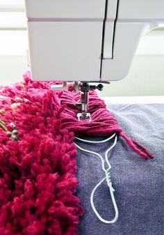 Ihana ryijymatto valmistuu joutuisasti ompelukoneella. Katso Unelmien Talo&Kodin ohje ja tee pehmoinen matto itselle tai lahjaksi! Sewing Toys, Sewing Crafts, Weaving Projects, Cool Rugs, Doll Hair, Fabric Manipulation, Rugs On Carpet, Carpets, Sewing Hacks