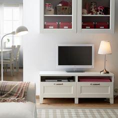 Mueble de TV BESTÅ blanco con cajones y armario de pared con puertas de vidrio