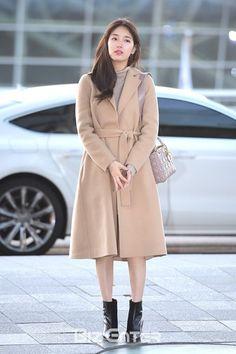 Bae Suzy and Kang Min Kyeong looking chic and simple on their way to Hong Kong Suzy Bae Fashion, Fashion Idol, Kpop Fashion, Korean Airport Fashion, Korean Fashion, Kpop Outfits, Celebrity Outfits, Miss A Suzy, Korean Beauty Girls