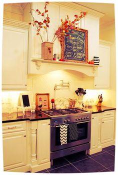 35 Beautiful And Cozy Fall Kitchen Decor Ideas - family holiday fall kitchen decor - Kitchen Decoration Kitchen Design Small, Kitchen Cabinet Design, Kitchen Design Trends, Kitchen Decor, Kitchen Dining Room, Home Kitchens, Fall Kitchen Decor, Kitchen Decor Apartment, Kitchen Design