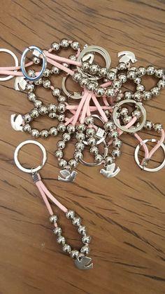 Souvenir Llaveros Denario Comunión Bautismo Cosas Simples un poco de todo Handmade Keychains, Diy Keychain, Handmade Jewelry, Bead Crafts, Jewelry Crafts, Baptism Favors, Bijoux Diy, Beads And Wire, Jewelry Patterns