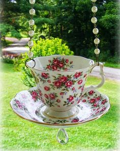 Working for Carrots: How to Make a Vintage Antique Cup Saucer Bird feeder Tutorial. I love this idea. Make A Bird Feeder, Bird Feeders, Teacup Crafts, Deco Nature, Estilo Shabby Chic, Glass Garden Art, Garden Totems, Garden Crafts, Diy Crafts