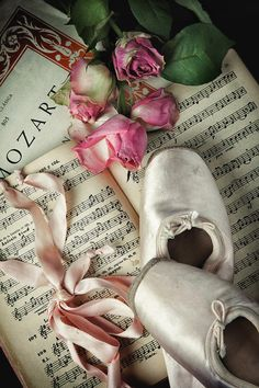Discovered by Find images and videos about flowers, music and ballet on We Heart It - the app to get lost in what you love. Ballerina Art, Ballet Art, Ballerina Dancing, Ballet Shoes, Pointe Shoes, Ballet Wallpaper, Rose Wallpaper, Wallpaper Backgrounds, Pretty Ballerinas