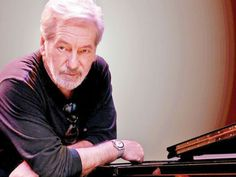 O pianista e compositor apresenta composições próprias e interpreta canções de grandes nomes da música brasileira.