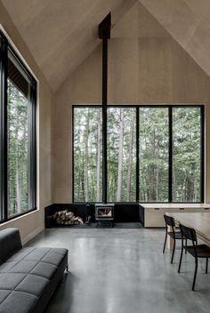 Das Grand-Pic Chalet liegt tief in einem Wald in Quebec und ist eine auffallende schwarze Residenz, die von der kanadischen Firma Appareil Architecture entworfen wurde. Sie bestehen aus zwei Gebäud…