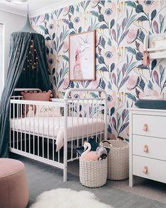 chambre de bébé en bleu gris et vieux rose pâle avec papier peint floral romantique et moderne, ciel de lit #chambrebebe #cieldelit #deco #nursery
