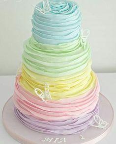Modelo lindo, delicado e romântico de bolo para festas com tema Jardim e…