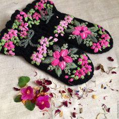 Купить Варежки вязаные вышитые - комбинированный, цветочный, варежки, варежки вязаные, варежки с вышивкой