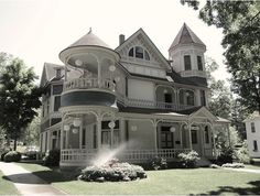 reminds me of the house from sabrina the teenage witch!