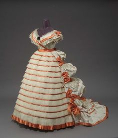 Woman's Evening Dress Made Of Silk Brocaded Taffeta, Tulle, Satin And Blond Lace, Made By Mme. Roger - French c. 1865 - Museum Of Fine Arts, Boston Historical Costume, Historical Clothing, Historical Dress, Vintage Gowns, Vintage Outfits, Victorian Fashion, Vintage Fashion, Victorian Dresses, Victorian Era