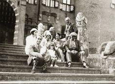 Baron Etienne en barones Hélène omringen zich vanaf de beginjaren al met gefortuneerde vrienden. Adel, maar ook nieuwe rijken, bankiers, industriëlen, kunstenaars en schrijvers. Er komen ook gasten van Koninklijken Bloede naar het kasteel. Zij zijn direct herkenbaar in het gastenboek. Zo brengt koningin Emma in 1901 een bezoek aan De Haar.