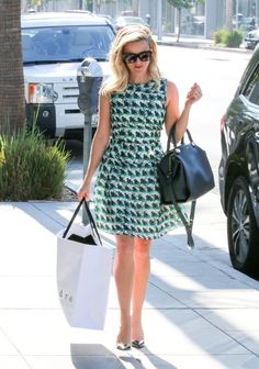 Reese Witherspoon Photos - Reese Witherspoon enjoys a shopping trip. - Reese Witherspoon Goes Shopping
