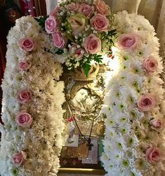 ΠΡΟΣΕΥΧΗ: Διαβάστε την προσευχή: ΄΄Χαίρε ω Μεγαλόχαρη Παρθένε Ευλογημένη. Εσύ γιατρεύεις την καρδιά την κάθε πονεμένη. Πάντα την θεία χάρη σου όλη επικαλούμαι. Καί την Γλυκιά Μανούλα τους ζητούν να γιατρευτούνε.΄΄ House Of Gold, Little Prayer, Byzantine Icons, Orthodox Icons, Perfect Woman, Faith In God, Holidays And Events, Holy Spirit, White Flowers