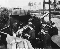 1914 - Dans une action récente sur la côte belge un train blindé anglo-belge en action (des soldats belges passant les obus jusqu'au canon) : photographie de presse / Agence Rol