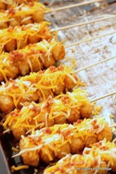 Tot Kabobs Loaded Tot Kabobs -- turn tater tots into perfect party food with this simple recipe!Loaded Tot Kabobs -- turn tater tots into perfect party food with this simple recipe! Food Truck Menu, Tailgate Food, Tailgating, Tater Tots, Concession Stand Food, Concession Trailer, Good Food, Yummy Food, Tasty