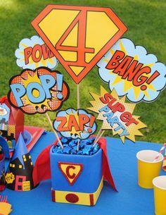 centro de mesa o lindo dulcero para una fiesta de superheroes
