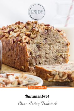 banana bread- Bananenbrot High-quality protein, healthy unsaturated fats and vitamin E from hazelnuts help the body to cope with harmful substances. This pithy banana bread is the perfect clean eating breakfast eatsmarter. Breakfast Desayunos, Clean Eating Breakfast, Breakfast Recipes, Dessert Recipes, Eating Clean, Perfect Breakfast, Tablet Recipe, Clean Baking Pans, Natural