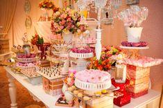 A Valentina ganhou uma festinha mágica inspirada na Mary Poppins! A decoração foi assinada pela Happy Fest, que fez questão de recriar o universo do filme