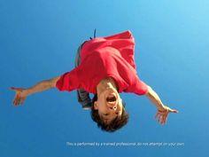 Comercial do Windows 8, da Microsoft, em países asiáticos mostra praticantes do esporte urbano Parkour em alusão à personalização do sistema operacional.