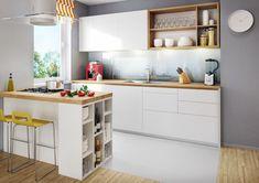 Einbauküche mit Kochinsel in weiß und Holz - Wandfarbe Grau