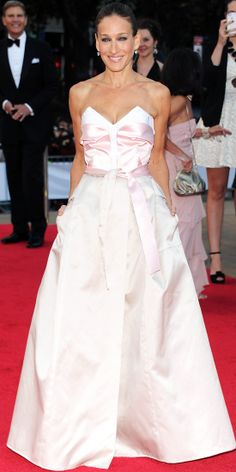 09/20/2013: At the New York City Ballet Fall Gala, Sarah Jessica Parker made an entrance in a custom-made creation by Prabal Gurung and Theory's Olivier Theyskens. The former designed the pale-pink satin bustier and the latter created the silk-organza skirt complete with pockets and a waist-cinching sash. Her only accessory was a pair of Fred Leighton drop diamond earrings. #lookoftheday