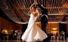 Quem disse que não tem glamour numa decoração de casamento simples? Veja 12 ideias fantásticas para decorar sua festa de casamento com economia e estilo.