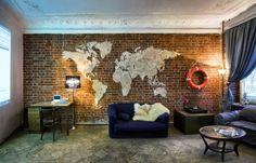 карта мира в интерьере гостиной в стиле лофт