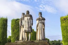 Examen! A quién representa la escultura que acompaña a la de los Reyes Católicos en el Alcázar de Córdoba?  Pista:     #AlcázardeCórdoba #Córdoba #Andalucía #España #Spain #ReyesCatólicos #PatrimoniodelaHumanidad #SitiosdeEspaña #SitiazodeEspaña #visitspain #WorldHeritage #ciudad #city (en Alcázar de los Reyes Cristianos)