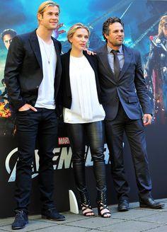 Pin for Later: Der Sexiest Man Alive macht sich doch ganz gut als Accessoire Chris Hemsworth und Scarlett Johansson trugen praktisch das gleiche Outfit bei einem Fototermin von The Avengers.