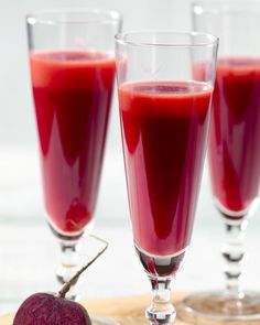 Carrot juice with beetroot, apple and ginger - Take a vitamin shot with this delicious juice with carrot, beetroot, fresh apple and ginger. Power Smoothie, Juice Smoothie, Smoothie Drinks, Smoothie Bowl, Smoothie Recipes, Healthy Juices, Healthy Drinks, Milkshake Drink, Raw Food Recipes