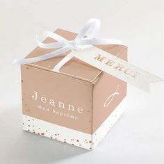 Quel que soit votre évènement, nos adorables boîtes de dragées raviront vos convives 😍 Faire Part Photo, Creations, Container, Gift Wrapping, Gifts, White Satin, Silver Highlights, Paper Wrapping, Wrapping Gifts