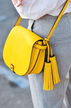 #Sommersonne #Handtasche #Saddlebag #Quaste Bei der Farbe dieser sommerlichen Ledertasche kommt Sommer-Sonnen-Stimmung auf!  An Gelb, egal ob als Kleid, Rock, Tasche oder Schuh, kommt in diesem Sommer niemand vorbei. Diese trendy Saddlebag versprüht einfach Sommervibes en Masse.