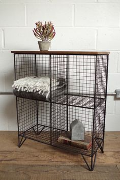Give Your Rooms Some Spark With These Easy Vintage Industrial Furniture and Design Tips Do you love vintage industrial design and wish that you could turn your home-decorating visions into gorgeous reality? Industrial Design Furniture, Industrial Interiors, Furniture Design, Diy Wood Projects, Furniture Projects, Low Bookshelves, Regal Design, Iron Furniture, Woodworking Furniture