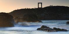 Apollo´s gate in Naxos, Greece by Iñigo Escalante  Precioso momento de luz en la isla de Naxos en Grecia con el templo de Apolo al fondo