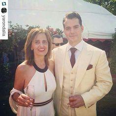 Fã compartilha sua foto com Henry, no casamento de Guy. Créditos em tela