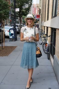 Cute midi skirt. Simple outfit for summer. #summeroutfits #summerstyle