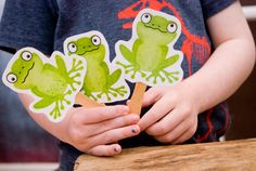 Kids songs, five green and speckled frogs - Free Printables to make speckled frog puppets Preschool Music, Music Activities, Preschool Kindergarten, Toddler Activities, Preschool Activities, Spring Activities, Toddler Fun, 5 Little Speckled Frogs, Frog Puppet