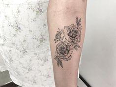 Tatuagem criada pela tatuadora Mallu Ka Tattoo de Salvador, Bahia.    Flores delicadas no antebraço.