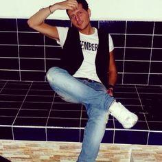 Cantautore e musicista Singer,songwriter and musician in constant evolution. Laureato in giurisprudenza. (italy) follow me !!!