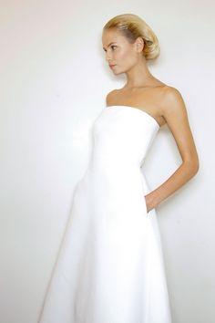 White dress by Jil Sander Jil Sander, Minimal Wedding Dress, Elegant Wedding, Simple White Dress, Minimal White Dress, Simple Gowns, Looks Street Style, White Fashion, Style Fashion