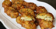 Buñuelos de patata y langostinos, perfectos como aperitivo y originales.