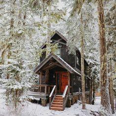 Ein kleines Blockbohlenhaus im Wald für Ihren Wochenenden. Mehr Information auf https://www.pineca.de/blockbohlenhauser/